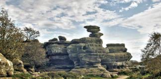 камень на скале Бримхэм Рок